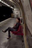 Vrouw die in Parijs metro wacht Stock Foto's