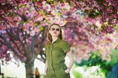 Vrouw die in Parijs op een de lentedag lopen stock afbeeldingen