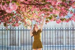 Vrouw die in Parijs op een de lentedag lopen royalty-vrije stock foto