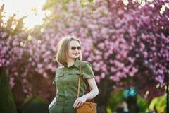 Vrouw die in Parijs op een de lentedag lopen royalty-vrije stock afbeeldingen