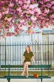 Vrouw die in Parijs op een de lentedag lopen royalty-vrije stock fotografie
