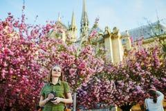 Vrouw die in Parijs op een de lentedag lopen stock foto's