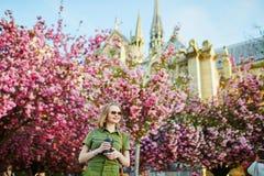 Vrouw die in Parijs op een de lentedag lopen royalty-vrije stock foto's