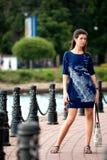 Vrouw die in park loopt royalty-vrije stock foto