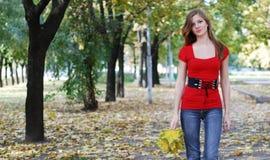 Vrouw die in park loopt Royalty-vrije Stock Afbeelding