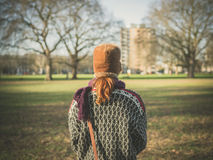 Vrouw die in park op een de winterdag lopen Stock Foto's