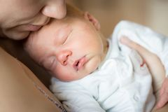 Vrouw die pasgeboren babyjongen houden royalty-vrije stock afbeeldingen