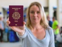 Vrouw die paspoort tonen royalty-vrije stock afbeelding