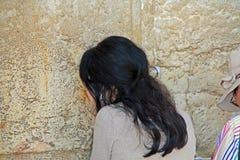 Vrouw die Passionately bij de Westelijke Muur bidden Royalty-vrije Stock Foto's