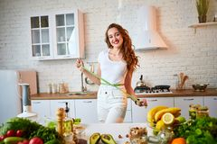 Vrouw die perfecte vorm van mooie taille met groene bandcentimeter meten Het gezonde levensstijl en eten Gezondheid, schoonheid,  stock afbeelding