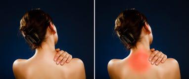 Vrouw die pijnrug masseren stock fotografie
