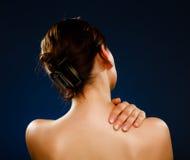 Vrouw die pijnrug masseren royalty-vrije stock afbeelding