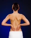 Vrouw die pijnrug masseren royalty-vrije stock foto