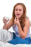 Vrouw die pil neemt Stock Fotografie