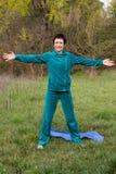 Vrouw die pilates in het park doen Stock Fotografie