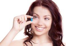 Vrouw die pillen neemt Stock Foto's