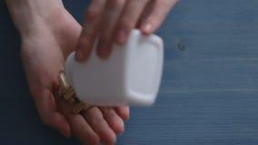 Vrouw die pillen neemt Verslavingsthema stock videobeelden
