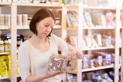 Vrouw die pinto bonen kopen royalty-vrije stock afbeelding