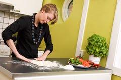 Vrouw die Pizza maakt Stock Fotografie