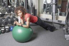 Vrouw die plankoefening doet royalty-vrije stock afbeeldingen