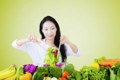 Vrouw die plantaardige salade bewegen Royalty-vrije Stock Afbeeldingen