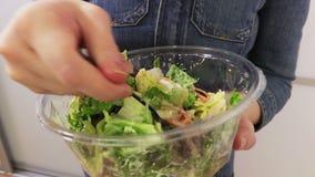 Vrouw die plantaardige salades dicht omhoog eten stock footage