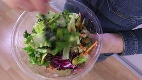 Vrouw die plantaardige salades mengt stock video