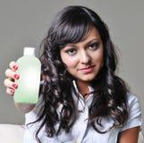 Vrouw die plastic fles standhoudt Stock Foto's