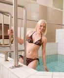 Vrouw die Pool ingaat Royalty-vrije Stock Afbeeldingen