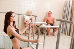 Vrouw die Pool in Kuuroord ingaat Stock Foto's