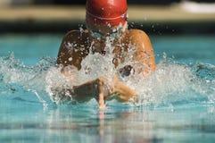 Vrouw die in Pool zwemmen Stock Afbeeldingen