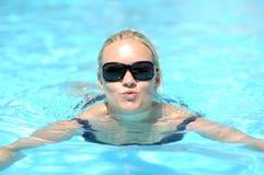 Vrouw die in pool zwemt Stock Afbeelding