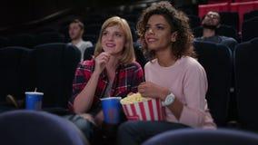 Vrouw die popcorn eten en op film letten stock footage