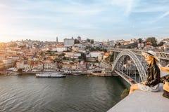 Vrouw die in Porto stad reizen royalty-vrije stock afbeeldingen