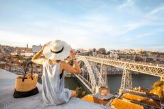 Vrouw die in Porto stad reizen stock afbeeldingen