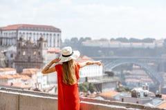 Vrouw die in Porto stad reizen stock foto