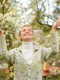 Vrouw die pret heeft in openlucht royalty-vrije stock foto