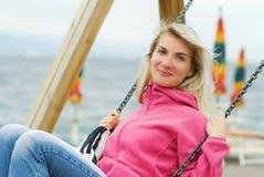 Vrouw die pret heeft in openlucht Stock Afbeelding