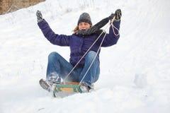 Vrouw die pret in sneeuw heeft Stock Afbeeldingen