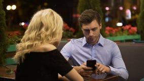 Vrouw die proberen aandacht van haar vriend aan te trekken die die actief aan telefoon werken stock video
