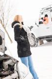 Vrouw die probleem met de hulp van de autosneeuw heeft Stock Afbeeldingen