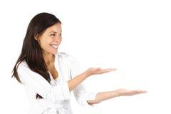 Vrouw die product voorstelt Stock Fotografie
