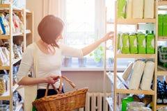 Vrouw die producten in ecologische winkel kiezen stock afbeelding