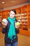 Vrouw die producten vergelijkt Stock Foto's