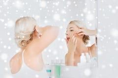 Vrouw die pukkel drukken bij badkamersspiegel Royalty-vrije Stock Foto