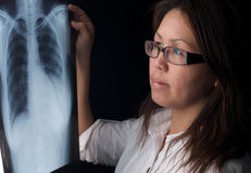 Vrouw die röntgenstraal bekijkt Royalty-vrije Stock Afbeeldingen