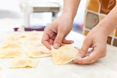 Vrouw die ravioli voorbereidt Royalty-vrije Stock Foto