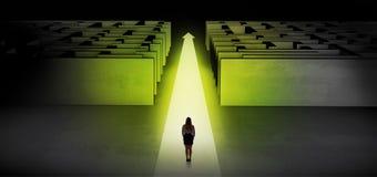 Vrouw die rechtstreeks tussen twee labyrinten doorgaan stock foto