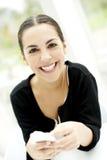 Vrouw die rechtstreeks vooruit glimlachend kijken Royalty-vrije Stock Foto's