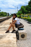 Vrouw die reizen van daar met haar bagage verlaat Royalty-vrije Stock Afbeeldingen
